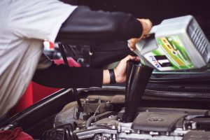 La funzione dell'olio motore per auto